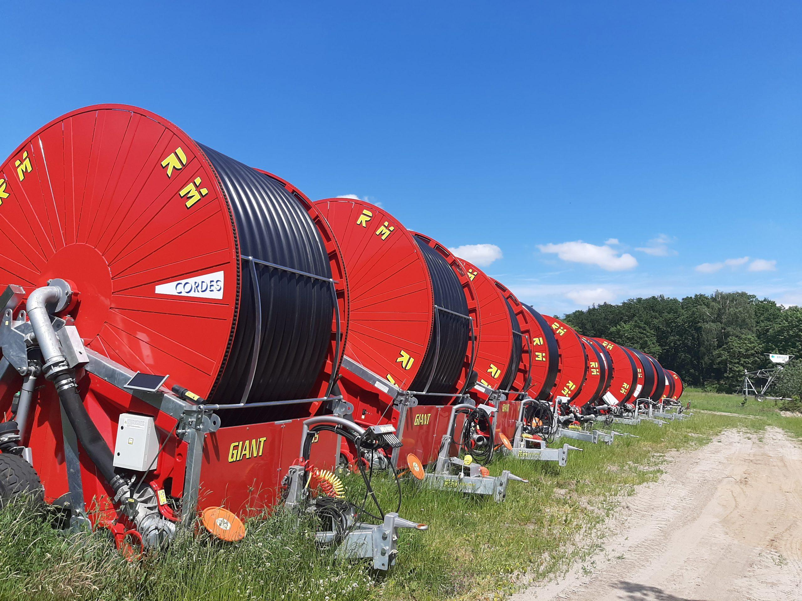 RM Regenmaschinen in einer Reihe auf einer Wiese